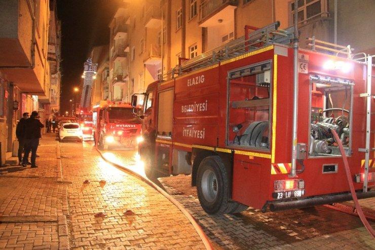 Depremde hasar alan binanın çatısı alev alev yandı