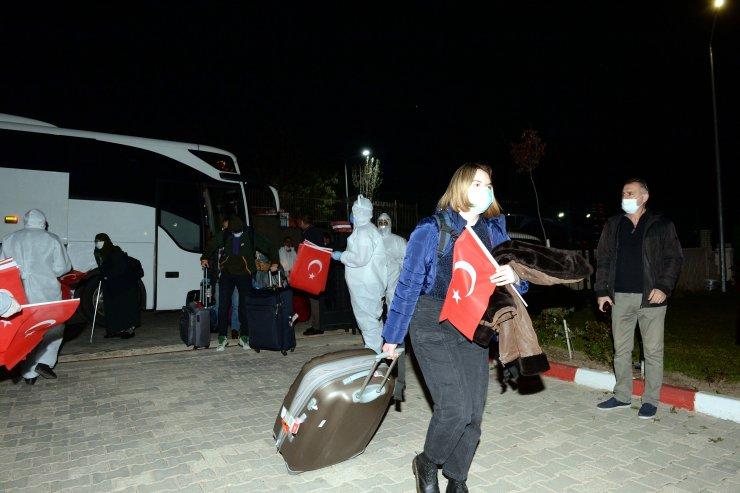Hollanda'dan getirilen 349 Türk vatandaşı karantinaya alındı