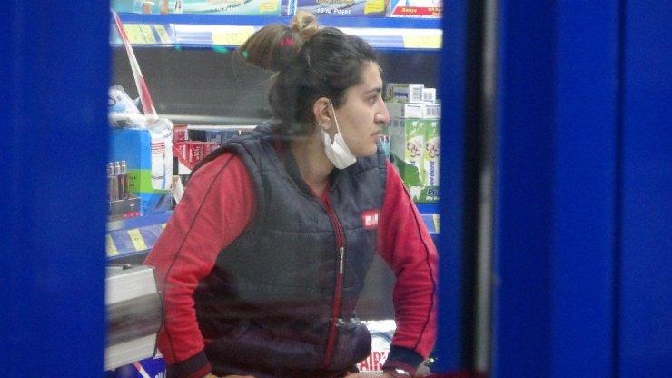Kasiyerin yüzüne kola döküp, marketi soydu