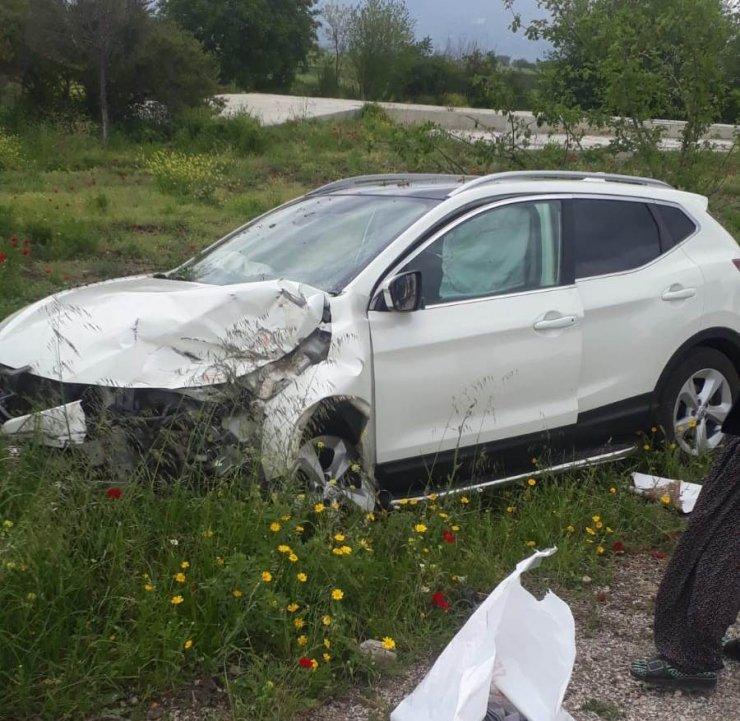 Traktöre çarpan otomobil sürücüsü yaralandı