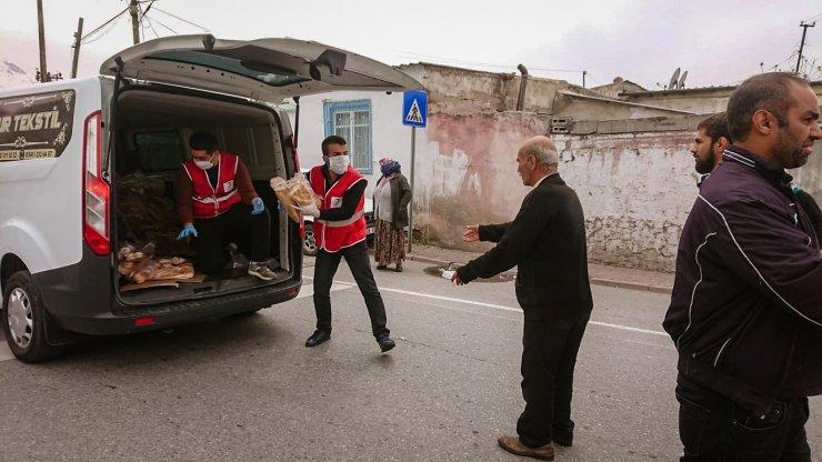 Kızılay evlere ramazan pidesi dağıttı