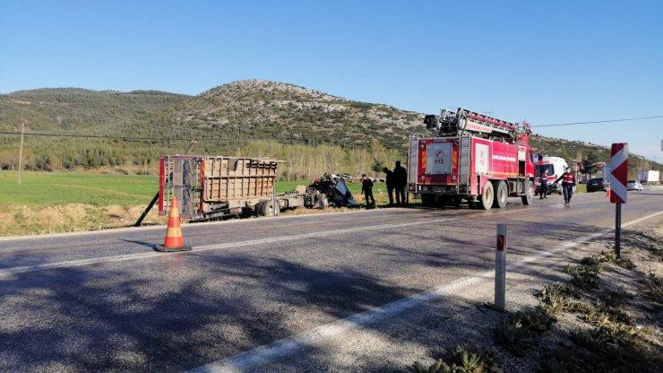 Konya plakalı boş tüp yüklü kamyon devrildi! Sürücüsü öldü
