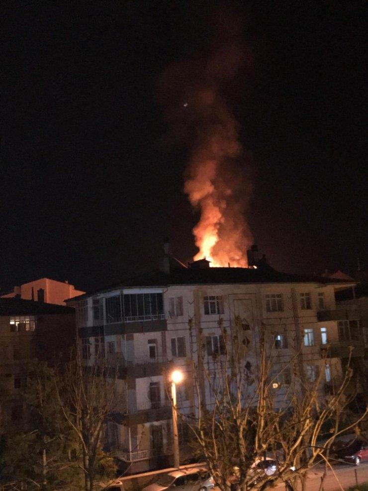 Niğde'de çatı yangını! Alevleri gören sokağa çıktı