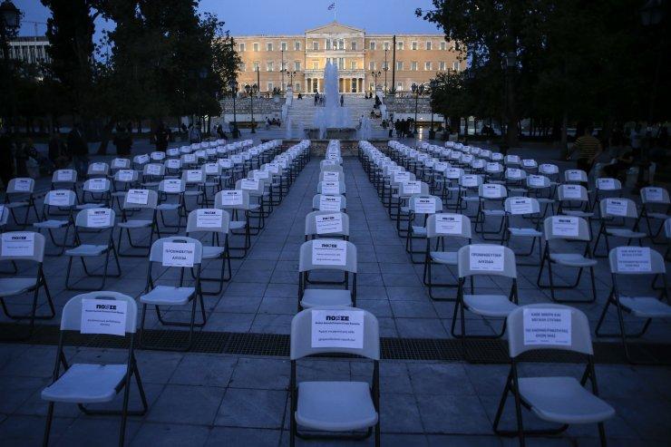 Yunanistan'da sandalyeler sokaklara taştı!
