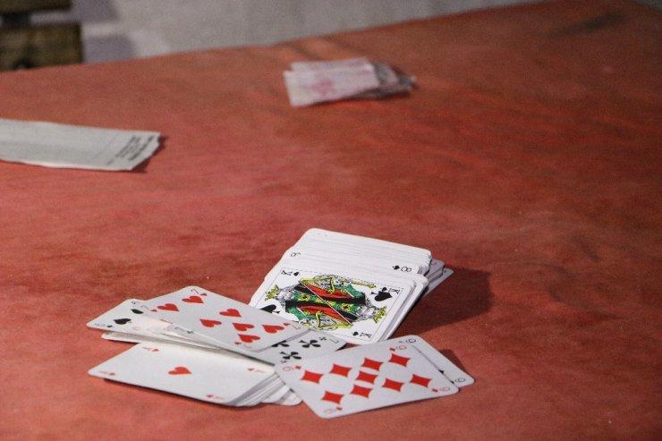 Uyuşturucudan aranan 6 kişi kumar baskınında yakalandı