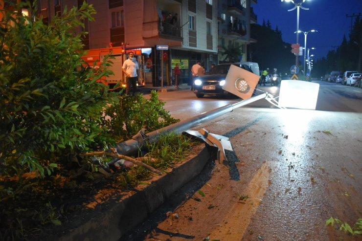 Manisa'da ilginç olay! Yasağı deldi kaza yaptı aracı olduğu yerde bıraktı ve gitti