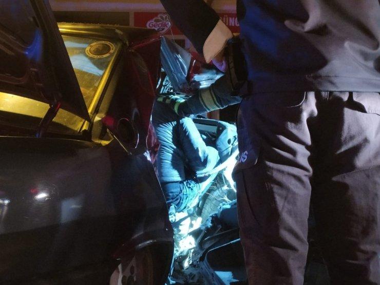 Şiddetle ağaca çarpan araç hurdaya döndü! 1 ölü, 2 yaralı