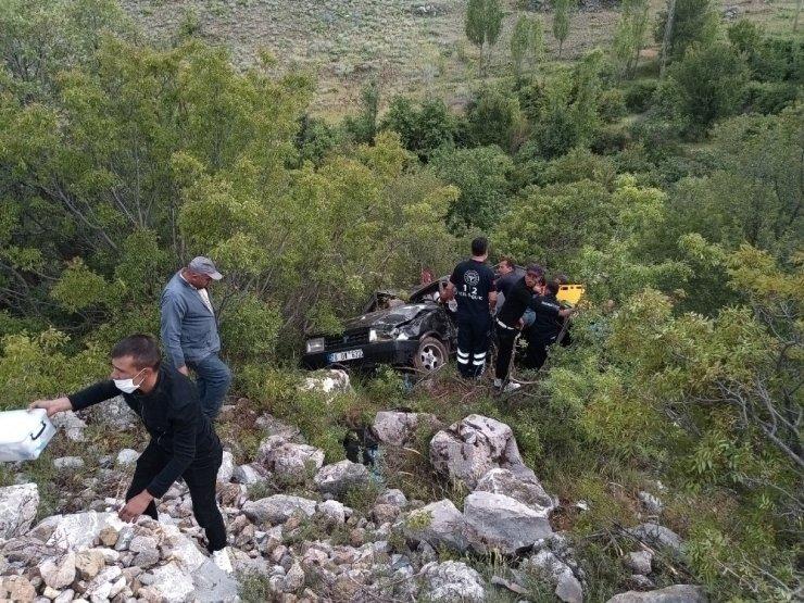 Karaman'da otomobil uçuruma yuvarlandı