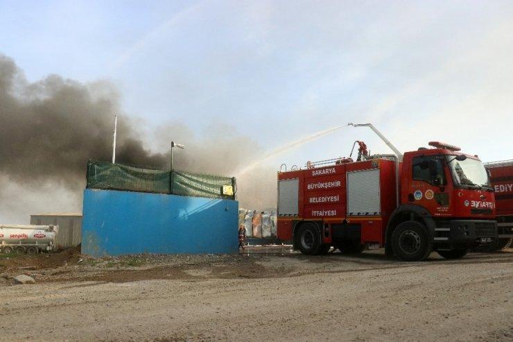 Sakarya'da geri dönüşüm tesisinde yangın çıktı! Birçok ilden takviye itfaiye ekipleri istendi