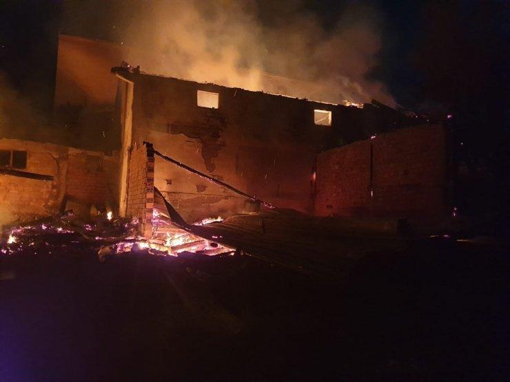 8 yıl önce evleri yanmıştı! 3 katlı evleri yine kül oldu