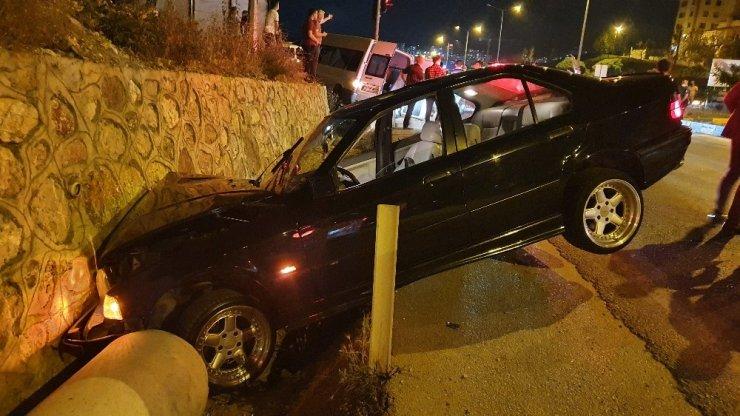 Çevik kuvvetten kaçarken istinat duvarına çarptı! 3'ü polis 4 yaralı