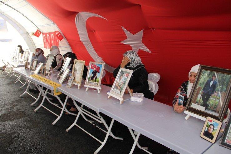 Diyarbakır'da HDP önündeki bekleyen annelerden biri daha evladına kavuştu