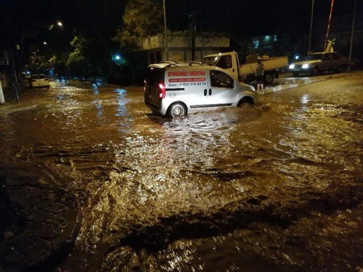 Sağanak yağmur ve dolu cadde ve sokakları göle çevirdi