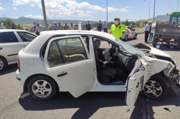 Konya'da otomobil traktörle çarpıştı! 3 kişi yaralandı