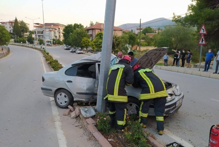 Aydınlatma direğine çarpan otomobilde sürücü sıkıştı