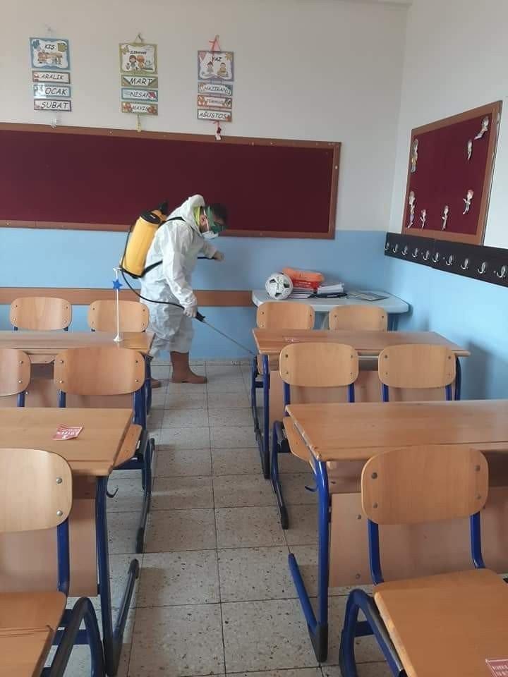 Öğrenciler okuldan ayrılınca dezenfekte yapılıyor