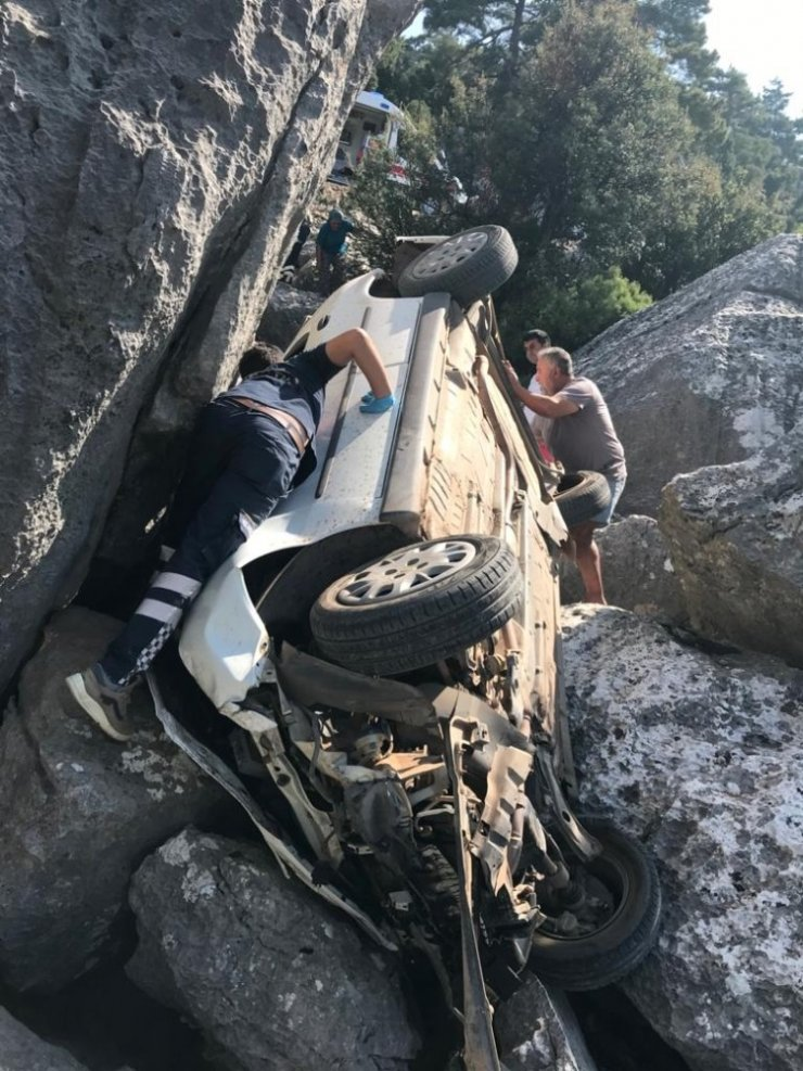 Yaşlı çift sıkıştıkları araç içinden telefonla yardım istedi