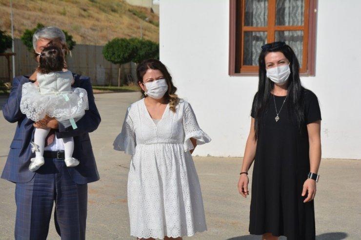 Koruyucu aile olan Esra Dursun, Adal bebeği gelin arabasıyla teslim aldı
