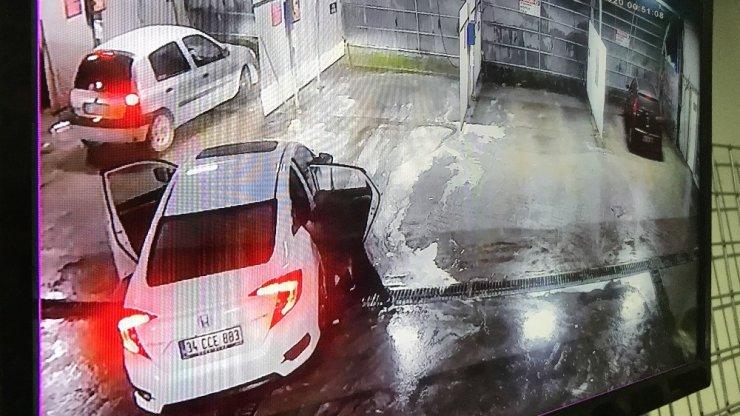 Kaçırıldığı araçtan yola atlayınca başka bir otomobilin altında kalan adam kurtarılamadı