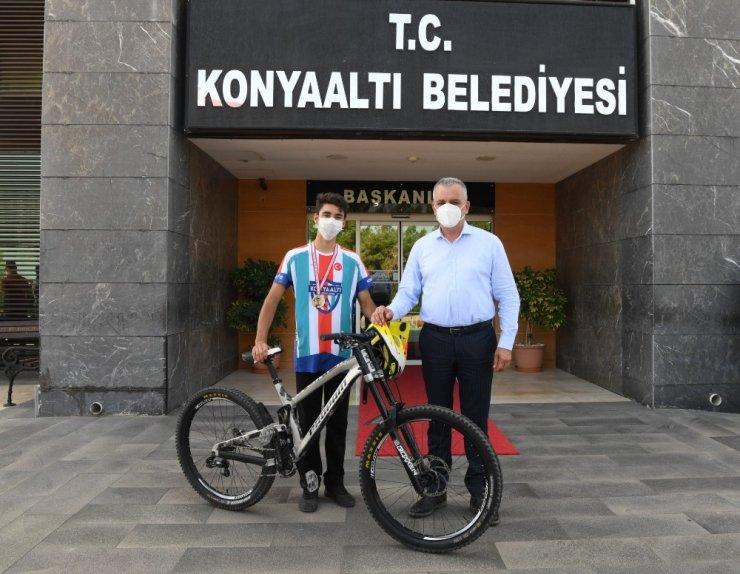 Konyaaltı bisikletçisi Downhill Yarışları'nda şampiyon oldu