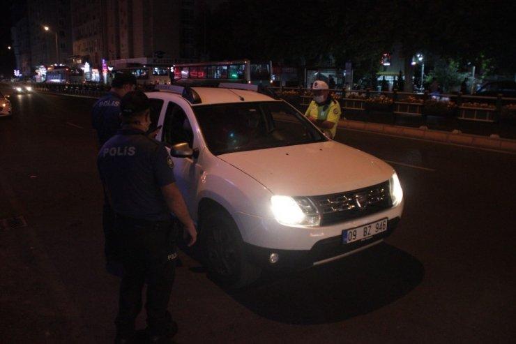 Maske takmayan vatandaştan ceza yazan polise tepki