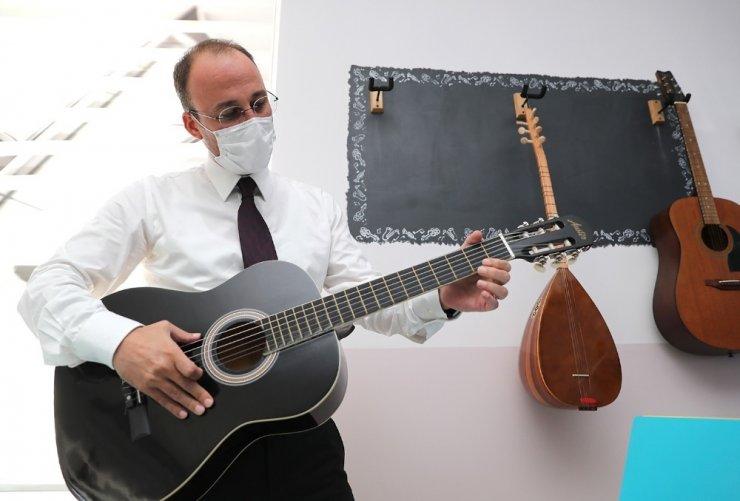 Kütüphaneye kitap bağışlayan Başkan Örki gitar çaldı