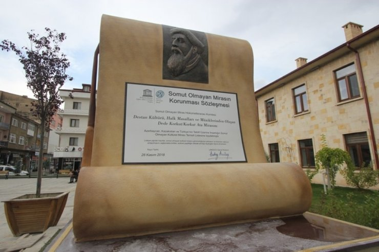 Dede Korkut Anıtı yerine monte edildi