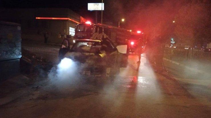 Seyir halindeki otomobil dumanların ardından yandı