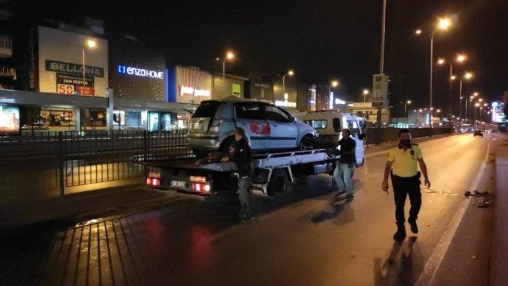 Direksiyon hakimiyetini kaybeden sürücü demir korkuluklarına çarpıp araçta sıkıştı
