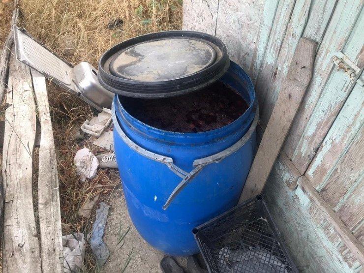 Evinin bahçesinde kaçak alkol üretimi yapan şüpheli yakalandı