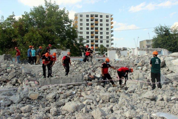 İHH Gönüllüleri Enkazda Arama Kurtarma Eğitimleri için Kayseri'de