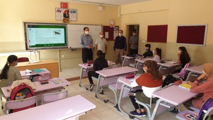 Başkan Şahin Kaynaşlı'da okulları ziyaret etti