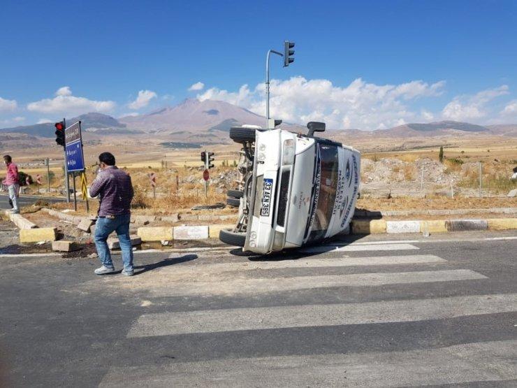 Kamyonla minibüs çarpıştı: 7 yaralı