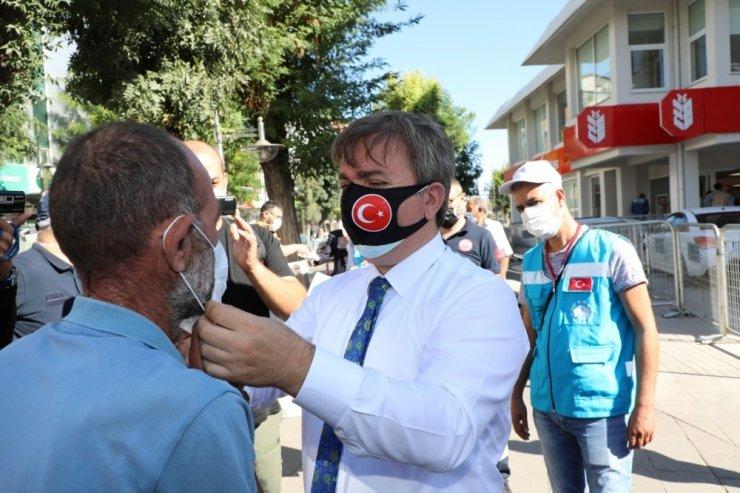 Vali vatandaşlara kendi elleriyle maske taktı