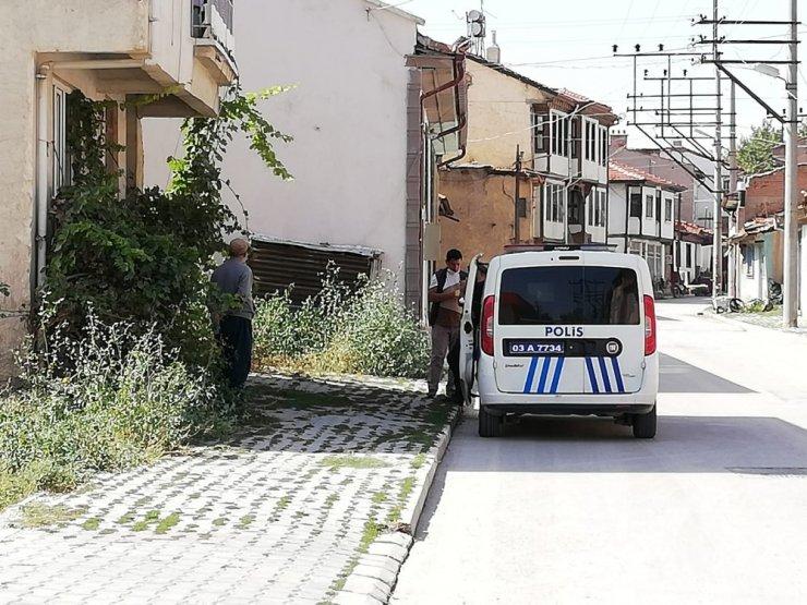 Bolvadin'de karantinadan kaçan iki şahsı polis sokakta yakaladı