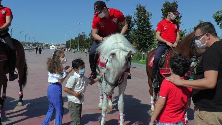 Atlı polislere çocuklardan yoğun ilgi