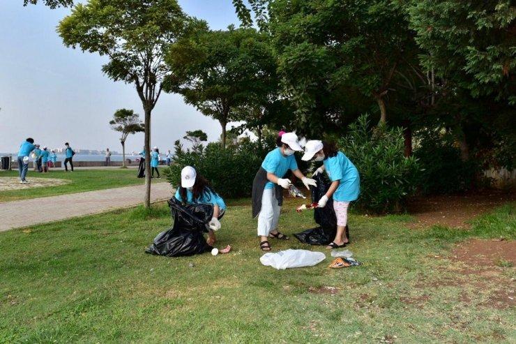Doğaya atılan çöpleri toplayan Tuzlalı gençlerden 'Daha temiz dünya' mesajı