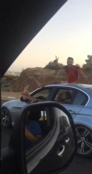 Seyir halindeki otomobilde 'pes' dedirten görüntüler