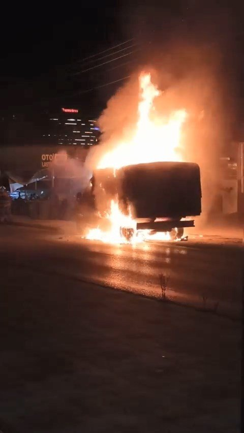 Bursa'da seyir halindeki minibüs alev alev yandı