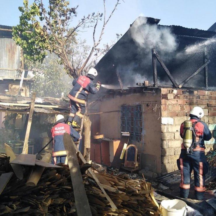 Elazığ'da çatı yangını