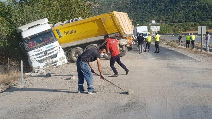 Kaza sonrası çakıl dolan yolu ellerine aldıkları fırçalarla temizleyip yıkadılar