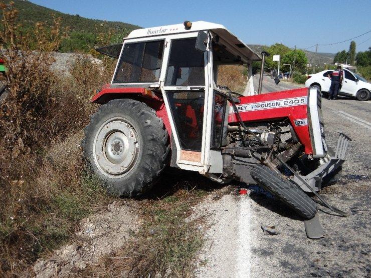 Traktörle otomobil kafa kafaya çarpıştı: 2 yaralı