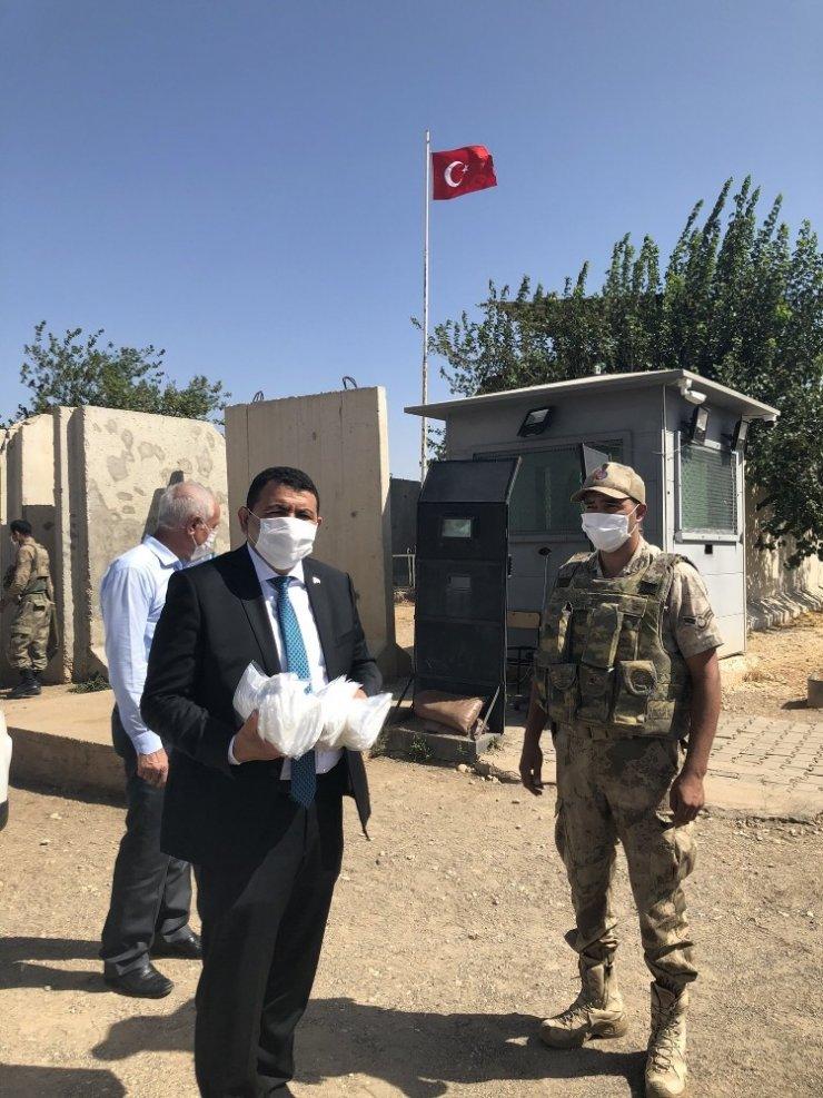 Kaymakam Kılınç güvenlik güçlerine maske dağıttı
