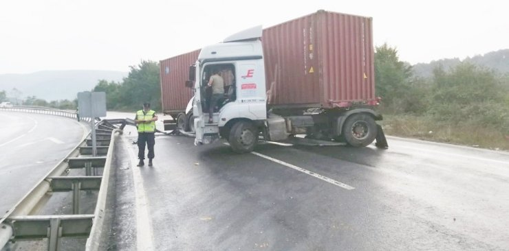 Makaslayan tır D-655 karayolunda trafiğin aksamasına neden oldu