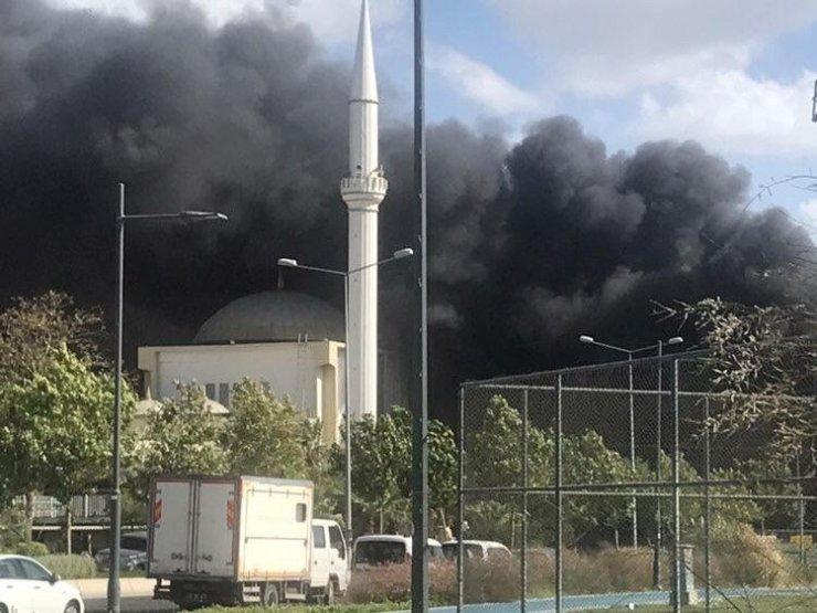 İzmir'in Karşıyaka ilçesinde, İzmir Büyükşehir Belediyesine ait bir kafede çıkan yangın nedeniyle çok sayıda itfaiye ekibi bölgeye sevk edildi. Ekipler yangını kontrol altına almaya çalışırken, dumanlar kilometrelerce uzakta