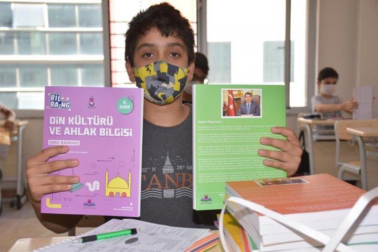 ŞEGEM'li öğrenciler kaynak kitaplarını aldı