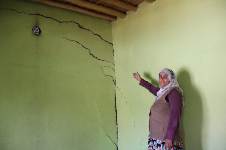 Zemini kayan mahalledeki ağır hasarlı evlerde oturuyorlar