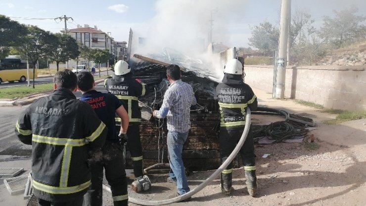 Aksaray'da hurda yüklü kamyonet yandı