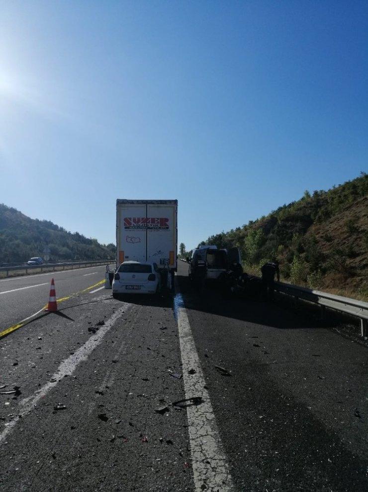 TEM Otoyolu'nda otomobil tırın altına girdi: 1 ölü, 1 yaralı