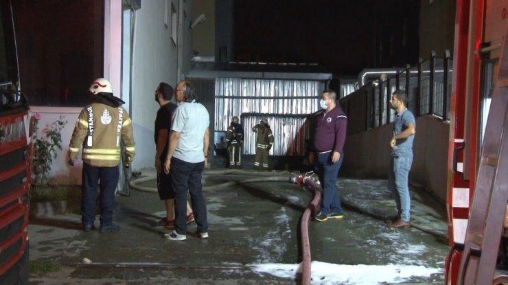 Beylikdüzü'nde tekstil fabrikasının deposunda yangın çıktı
